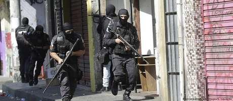 Cenário de guerra: ação policial na favela Vila Cruzeiro, RJ, em agosto de 2018