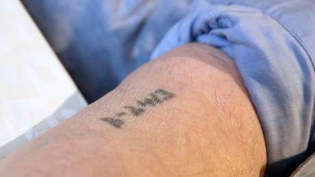 Sam Laskier ganhou a tatuagem B-2413 na chegada a Auschwitz