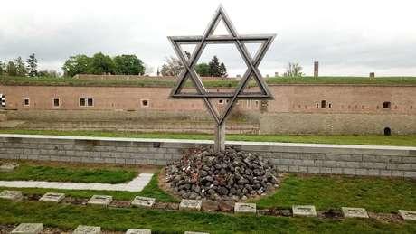 Arek Hersh descreve Theresienstadt quando ele chegou lá: pilhas e pilhas de corpos
