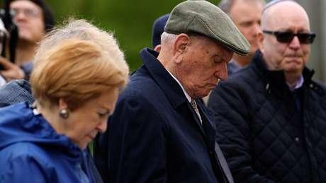 Arek abaixa a cabeça durante o minuto de silêncio na cerimônia em homenagem aos mortos durane o Holocausto