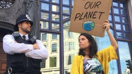 Manifestantes se reuniram em frente à embaixada brasileira em Londres