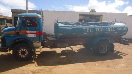 Carro-pipa em Alcantil; cidade paraibana tem a obra mais antiga listada entre empreendimentos parados ou atrasados com dinheiro do FGTS