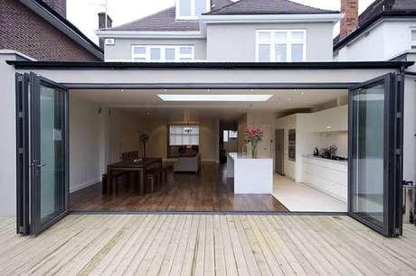 60. A porta camarão dá acesso ao terraço da casa. Fonte: Pinterest