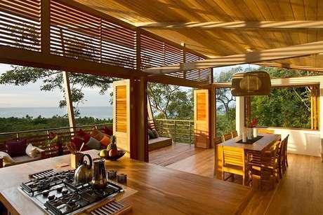 61. A porta camarão desta casa de veraneio quando aberta se integra a natureza local. Fonte: Pinterest