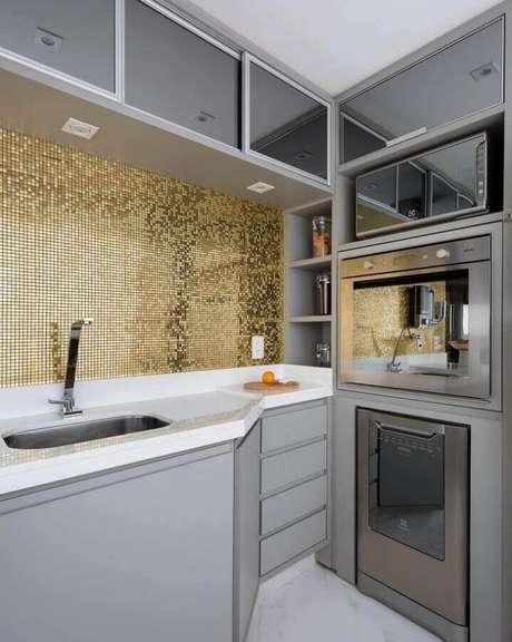 7. Decoração com pastilhas de vidro para cozinha planejada com armários cinza – Foto: Monise Rosa Arquitetura