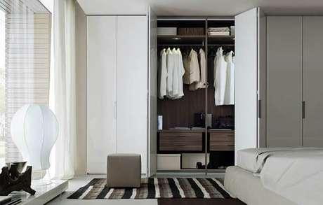 67. Aumente a área de circulação do quarto incluindo um guarda roupa com porta camarão. Fonte: Pinterest