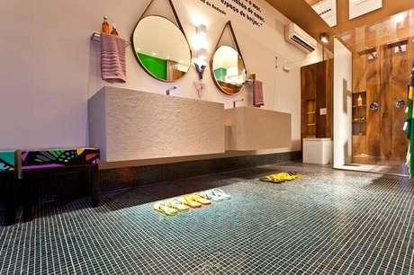 9. As pastilhas de vidro também pode ser usadas para revestir o chão e deixar o ambiente mais charmoso – Foto: Juliana Pippi