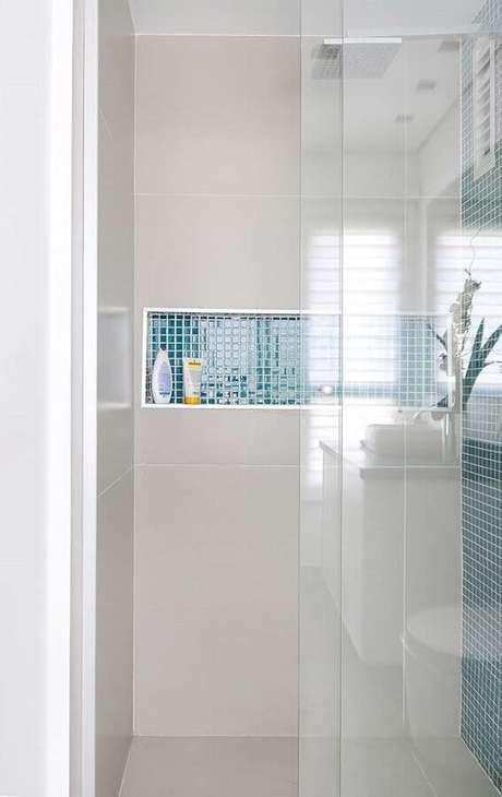 10. O banheiro com pastilha de vidro fica super charmoso quando utilizado em apenas algumas áreas como no nicho embutido – Foto: Pinosy