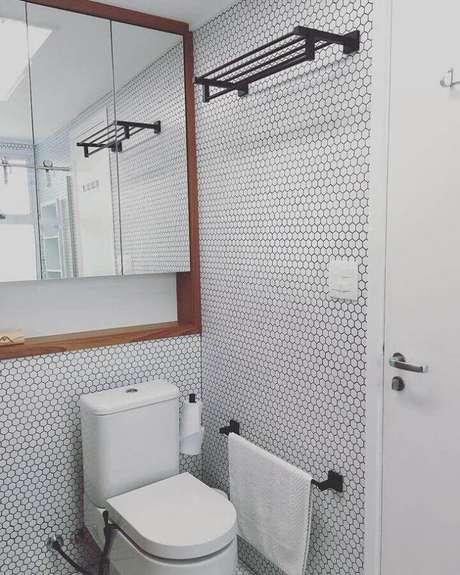 8. A pastilha de vidro para banheiro com formato hexagonal dá um toque charmosa a decoração – Foto: Estúdio AE Arquitetura
