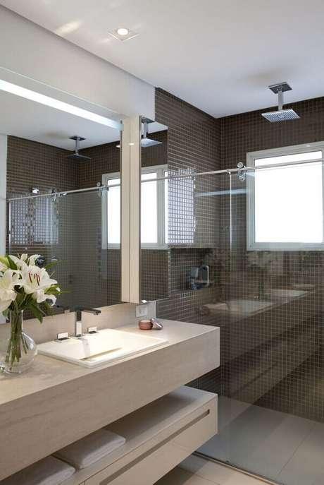 11. Decoração de banheiro com pastilhas de vidro marrom dentro da área do box – Foto: Ceramica Cielo Piatto Doccia