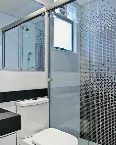 12. Banheiro com pastilha de vidro na área do box em três cores – Foto: MFSanches Interiores