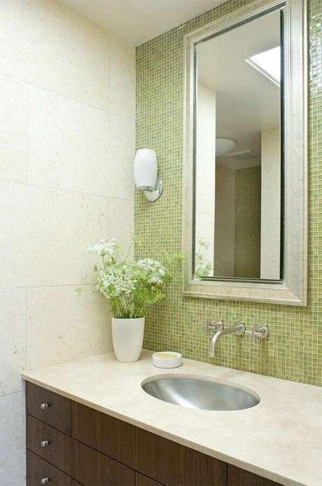 14. Invista nas pastilhas do vidro na parede do espelho do banheiro – Foto: John Lum Architecture