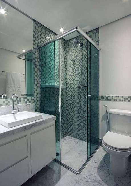 15. Decoração clean com pastilhas de vidro para banheiro branco e verde – Foto: Mosaico Vidros