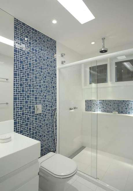 16. Banheiro com pastilha de vidro de tamanhos diferentes – Foto: Casa Perferies