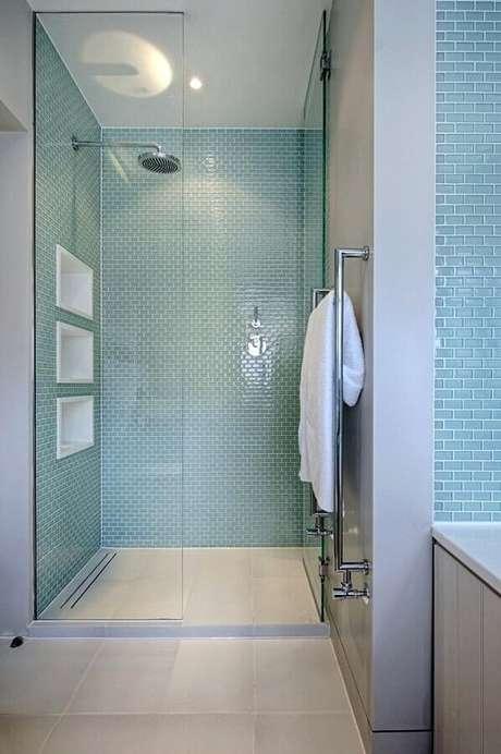17. Decoração com pastilha de vidro para banheiro azul e branco – Foto: Decor Snob