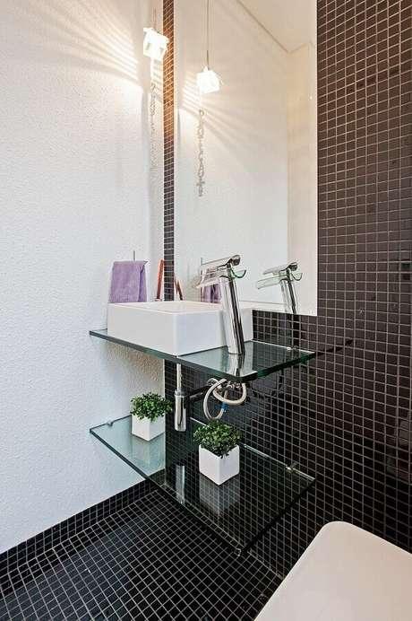 19. Decoração com bancada de vidro e pastilha de vidro adesiva para banheiro – Foto: Patricia Zazoni