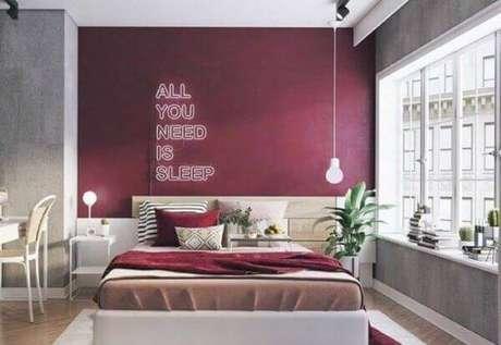 14. A janela para quarto vermelho branca fica ainda mais bonita com a persiana – Por: Decor