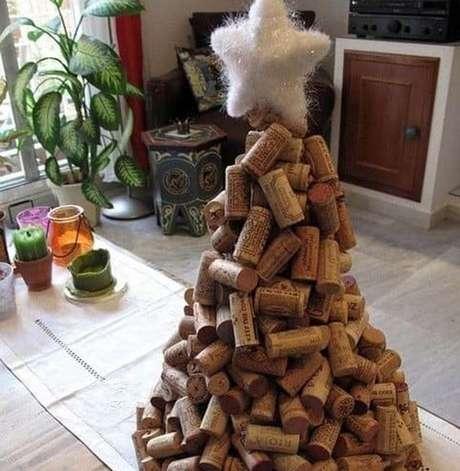 40. Esta árvore de natal de rolha de cortiça é divertida e uma alternativa barata. Foto: 1001 Ideias