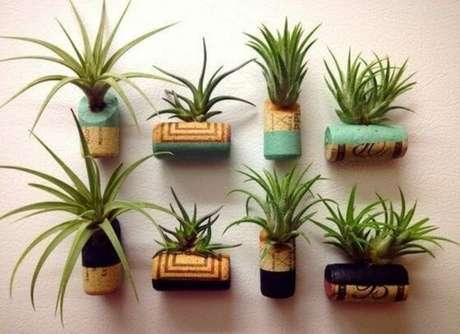 25. As rolhas de cortiça utilizadas para plantar suculentas também podem formar um mural. Foto: Meu Lar Minha Vida