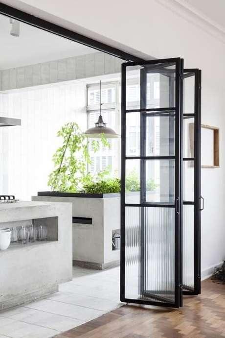29. Cozinha com porta de vidro. Projeto de Felipe Hess