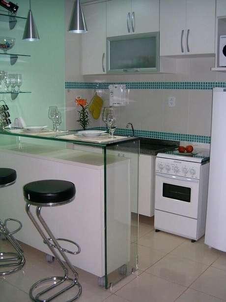 21. Pastilhas de vidro verde para decoração de cozinha pequena e simples com bancada de vidro – Foto: Tatiany Landim