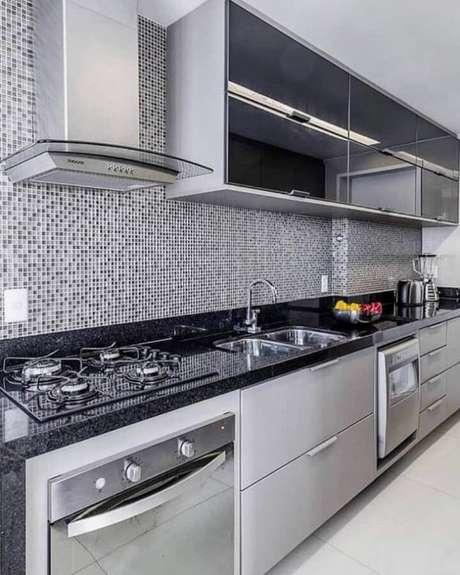 23. Cozinha planejada moderna com pastilhas de vidro – Foto: MFSanches Interiores
