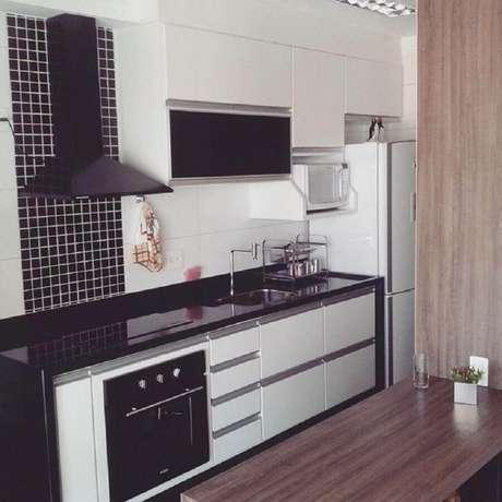 24. Pastilhas de vidro adesiva para cozinha simples preta e branca – Foto: Construtora Dez