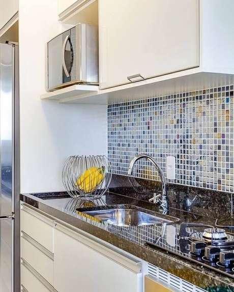 25. Cozinha simples decorada com pastilhas de vidro – Foto: Rúbia Interiores