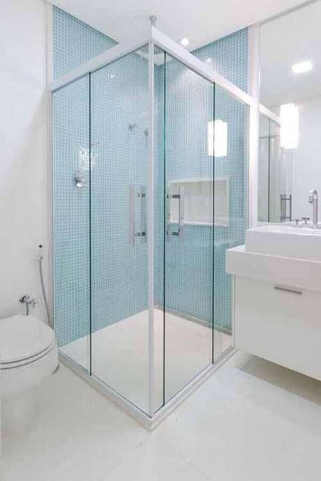26. Pastilha de vidro para banheiro clean decorado com pastilhas azuis dentro do box – Foto: Camila Tannous