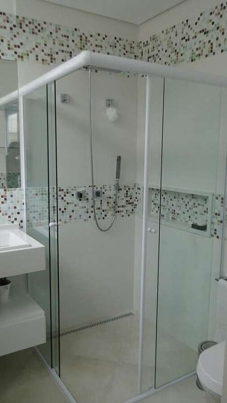 27. Decoração simples e clean para banheiro com faixas de pastilhas de vidro – Foto: Natalia Pini