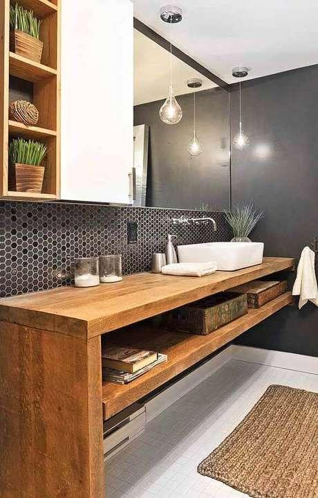 29. Decoração de banheiro com pastilha de vidro em formato hexagonal e bancada de madeira – Foto: Archives