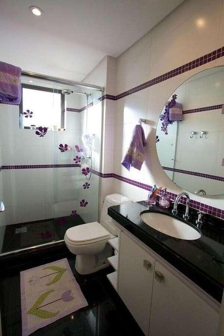34. As pastilhas de vidro roxas deram um toque de cor na decoração do banheiro pequeno preto e branco – Foto: Patrícia Azoni Arquitetura