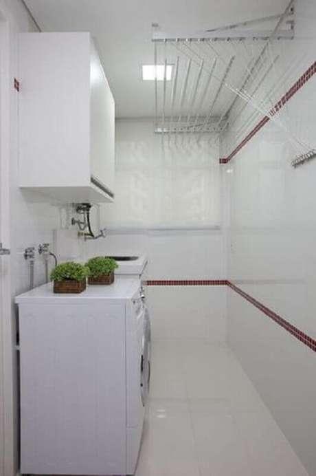 35. Lavanderia simples decorada com armários brancos e pastilhas de vidro adesiva vermelha – Foto: Deborah Basso