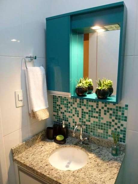 37. Decoração simples com pastilhas de vidro para banheiro – Foto: Thomas Barros
