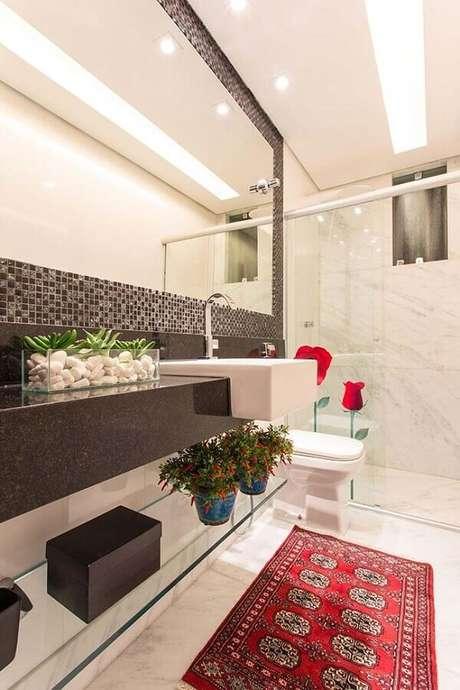 38. Decoração sofisticada para banheiro com pastilha de vidro e passadeira vermelha – Foto: Ideias Decor