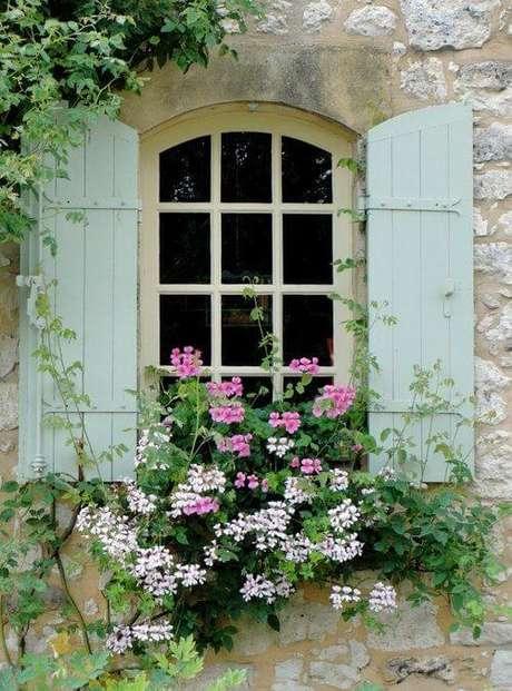 19. As janelas com grades para quarto podem ser complementadas com as flores da estação – Por: Quintal das cores