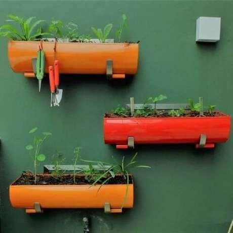 51. Invista em vasos coloridos para sua horta. Foto de Roofing Brooklyn