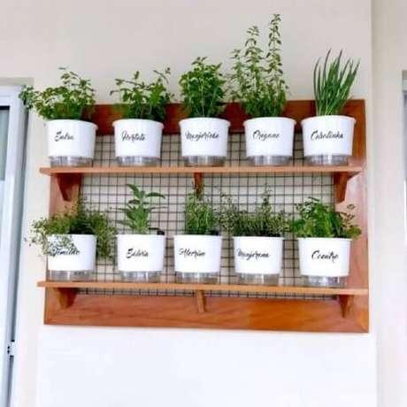 40. Horta em casa com nome das hortaliças nos vasos. Foto de Pinterest