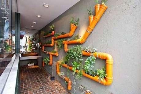 36. Hortaem casa feita em canos de PVC colorido. Foto de Pinterest