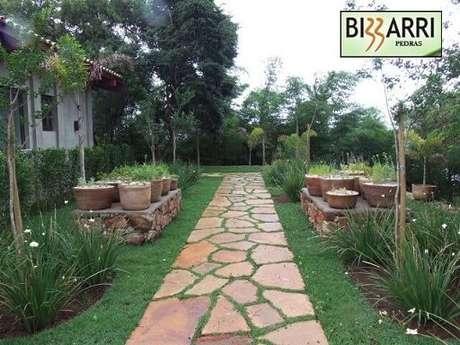 18. Se você tiver um jardim, pode fazer também sua horta caseira por lá, aproveitando todo seu espaço. Projeto de Pedras Bizzarri