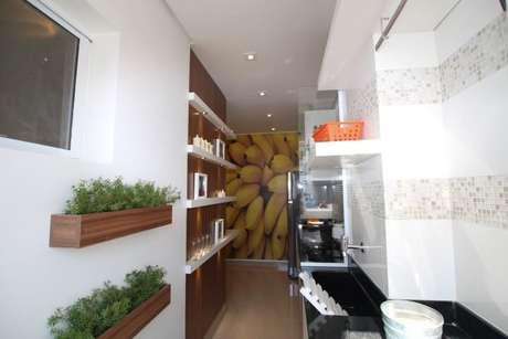 20. Aqui temos outra opção de horta em casa feita na parede da cozinha. Projeto de Pricila Dalzochio