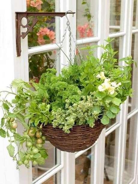 25. Horta em casa suspensa em mão francesa. Foto de Pinterest