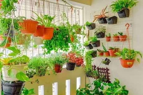 41. Horta em casa suspensa na sacada. Foto de Pinterest
