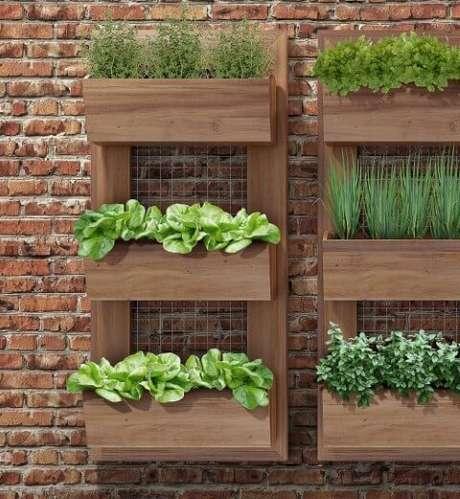 48. Horta em casa de madeira fixada na parede. Foto de Pinterest
