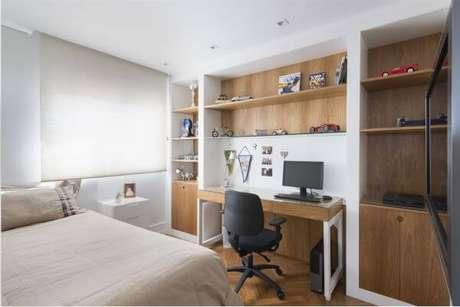 30. A janela para quarto com persianas pode ser a opção correta para seu quarto com escrivaninha – Por: Gustavo Motta