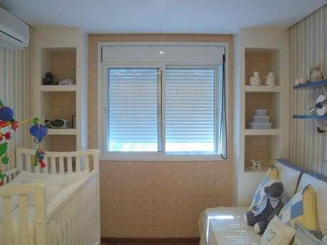 34. A janela para quarto veneziana fica linda com a persiana – Por: GKalili