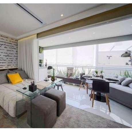 40. A janela para quarto de casal é importantíssima para iluminar o ambiente – Por: Pinterest