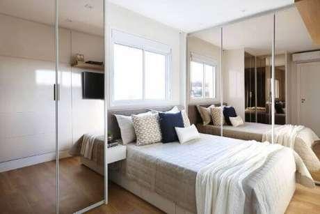 44. Janela para quarto de casal acima da cama e guarda roupa espelhado – Por: Bianchi Lima