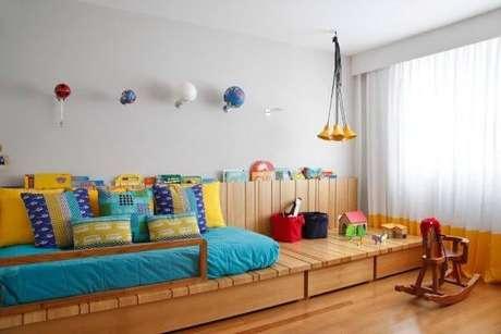 54. O quarto colorido combina com cortina de janela para quarto mais neutras e leves – Por: Izabela Lessa
