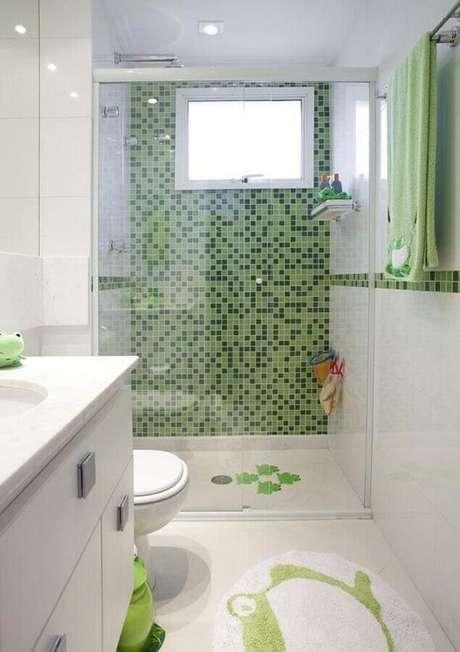 41. Decoração clean com pastilha de vidro para banheiro branco e verde – Foto: Deborah Basso Arquitetura